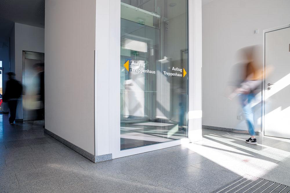 So sieht der Flur aus, wenn Sie das Gebäude durch den Haupteingang betreten
