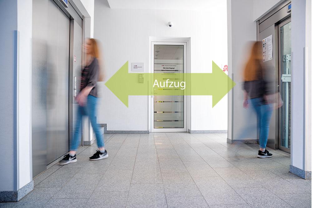 Die Praxis liegt im 1. Stock und lässt sich entweder durch 2 behindertengerechte Aufzüge erreichen ...