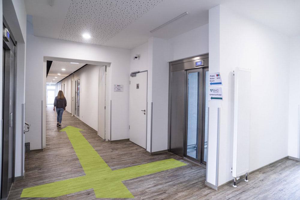 Folgen Sie nun dem offenen Flur, der mittig zu den beiden Aufzügen liegt.