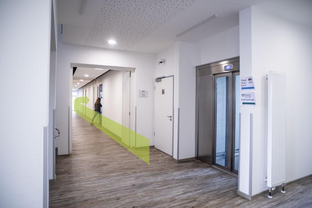 Der Eingang der Praxis befindet sich nun, mit der ersten Tür, auf Ihrer rechten Seite.