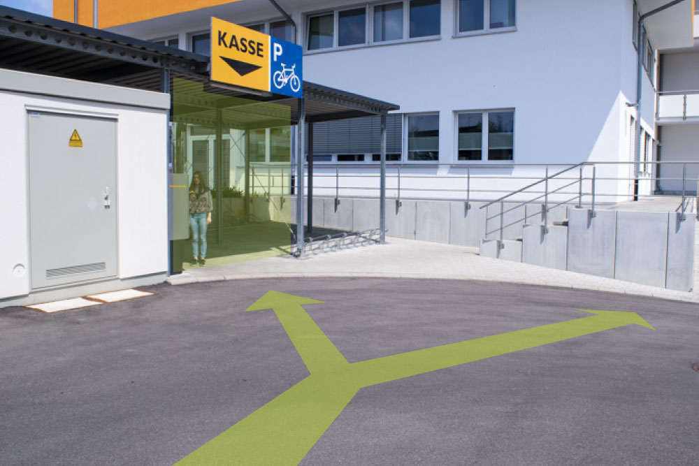 Über den Parkplatz erreichen Sie ohne Probleme den Ticketautomaten, als auch den Hintereingang.